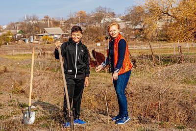 Нажмите на изображение для увеличения Название: Мама и сын сажают деревья.jpg Просмотров: 4 Размер:98.9 Кб ID:550